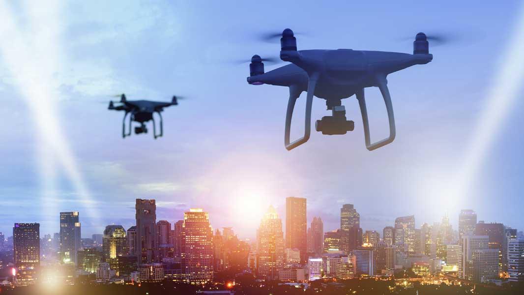 Drones met camera vliegen over een stad